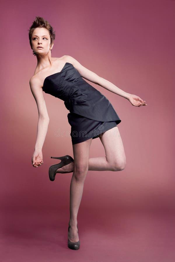 Modelo de forma no vestido curto. fotografia de stock royalty free