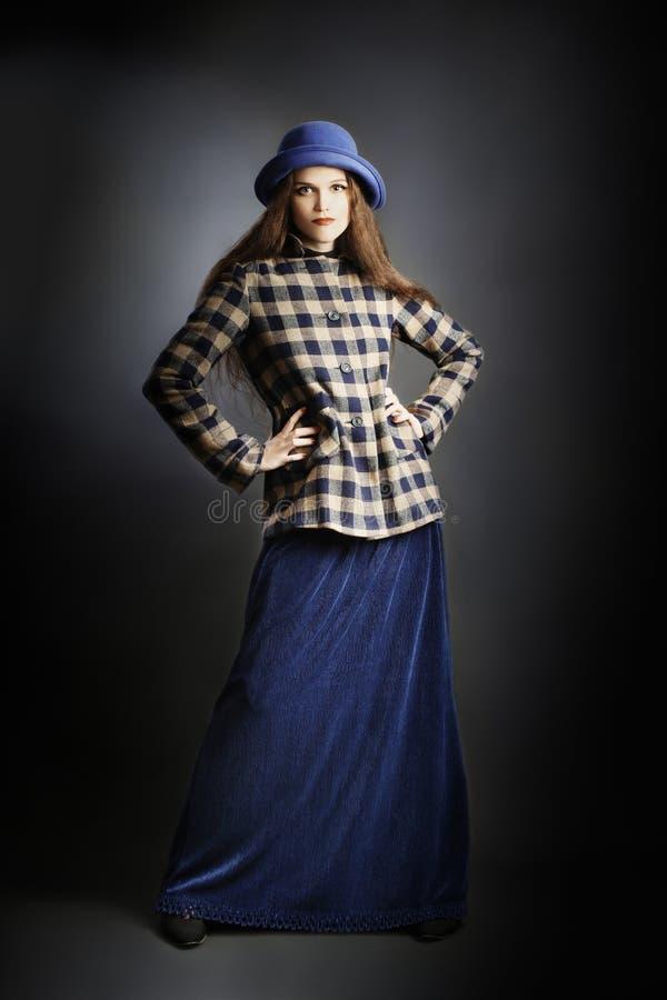 Modelo de forma no vestido elegante do outono. fotografia de stock