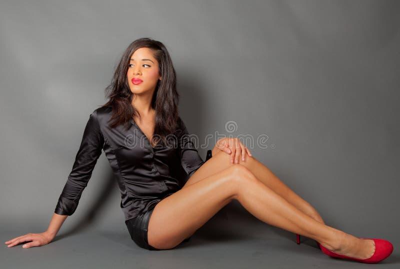 Modelo de forma novo bonito com pés desencapados longos imagens de stock royalty free