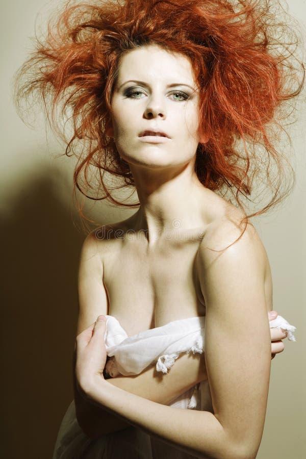 Modelo de forma novo com cabelo vermelho curly. fotografia de stock royalty free