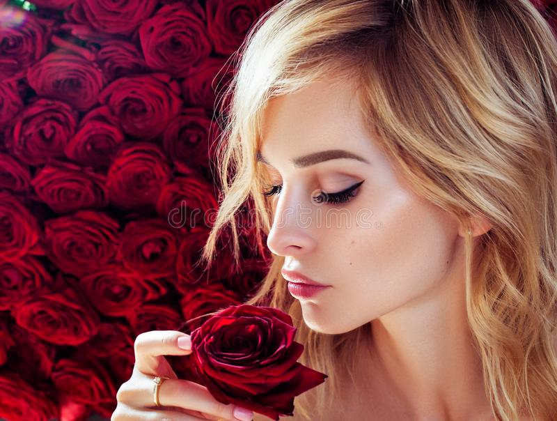 Modelo de forma novo fresco com bordos vermelhos O casamento compõe rosas Bandeira das flores Background Mola imagens de stock