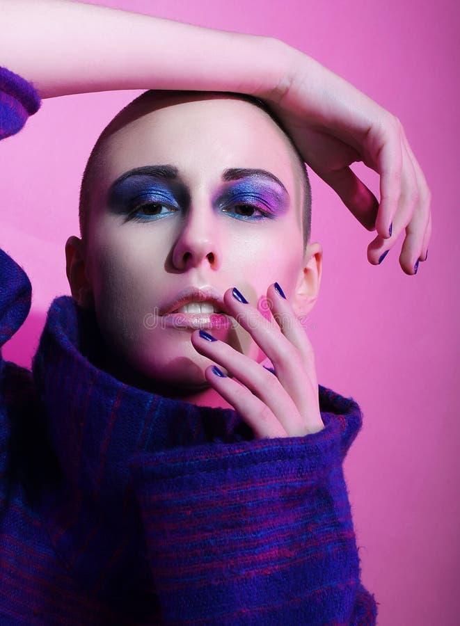 Modelo de forma novo que levanta no estúdio bald Brilhante compo foto de stock royalty free