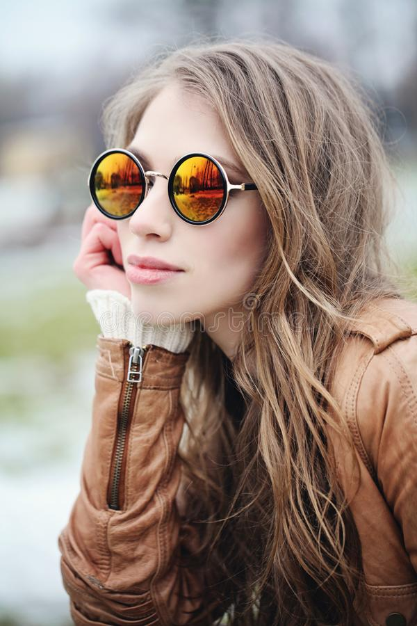Modelo de forma perfeito da menina nos óculos de sol fotografia de stock