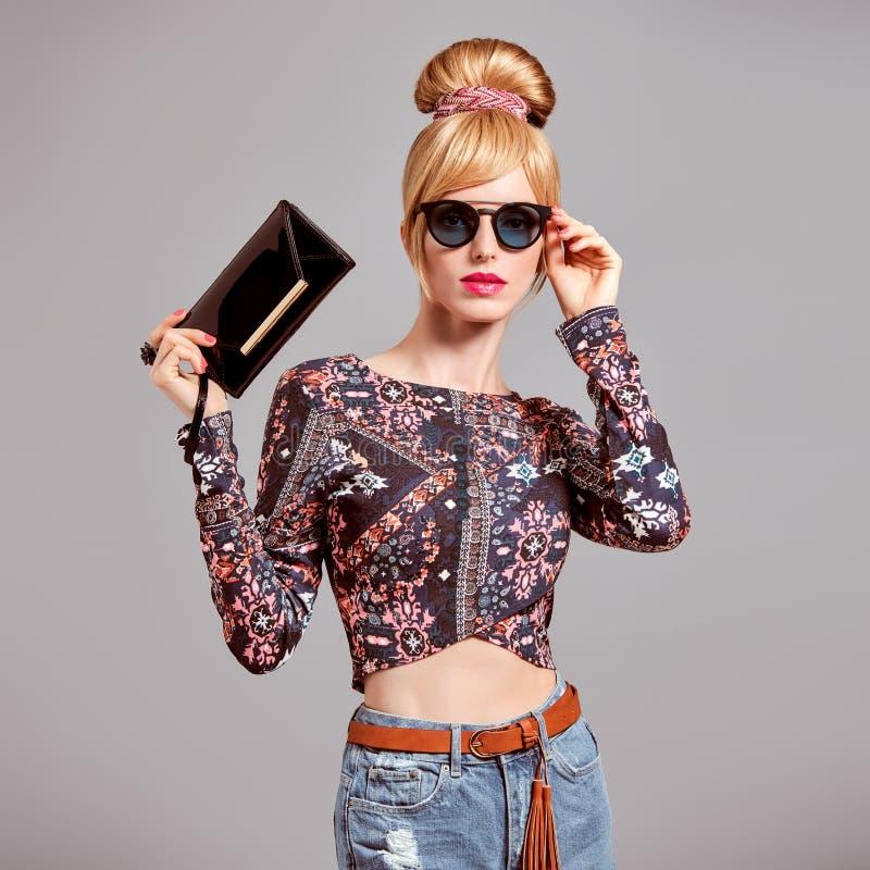 Modelo de forma Sexy Blond Girl, óculos de sol do encanto fotos de stock