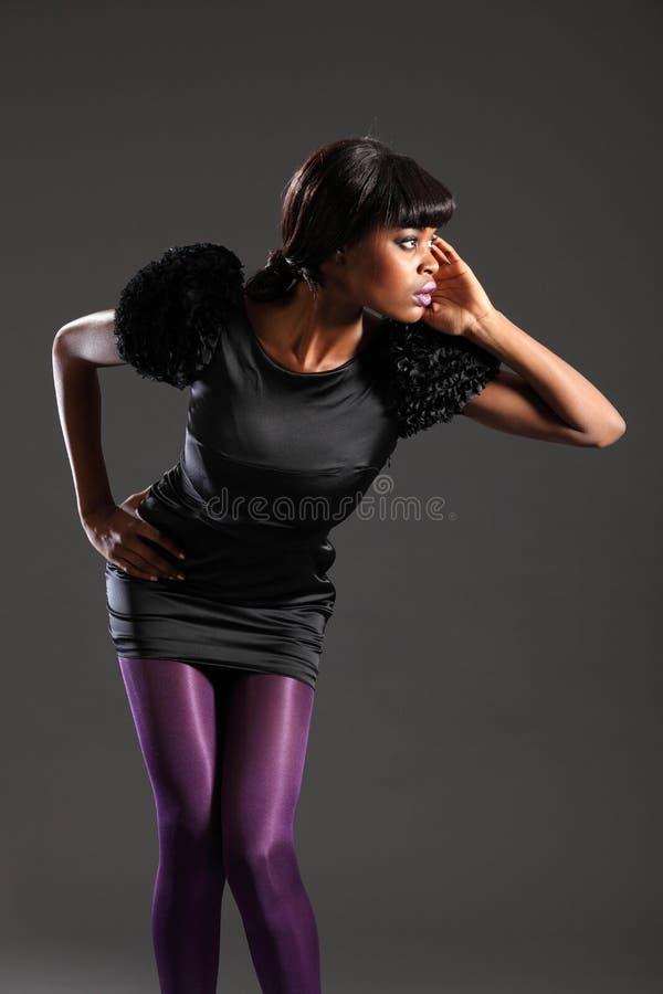 Modelo de forma 'sexy' no vestido roxo do preto das calças justas fotos de stock