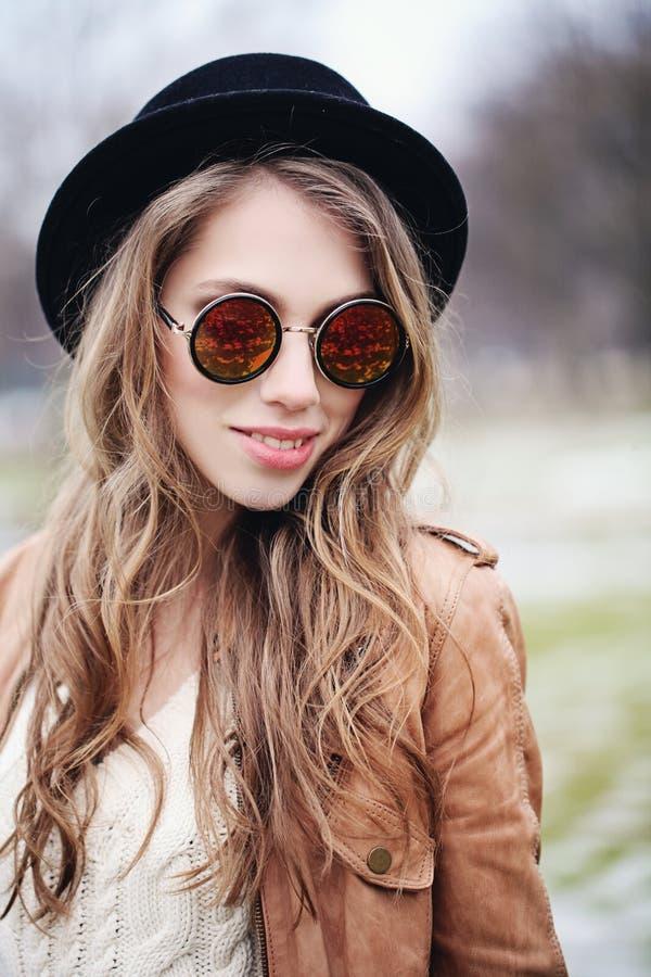 Modelo de forma de sorriso bonito da mulher com cabelo marrom longo foto de stock royalty free