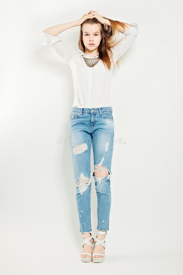 Modelo de forma Standing da jovem mulher foto de stock royalty free