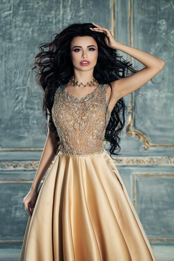 Modelo de forma Wearing Evening Gown da mulher elegante imagens de stock