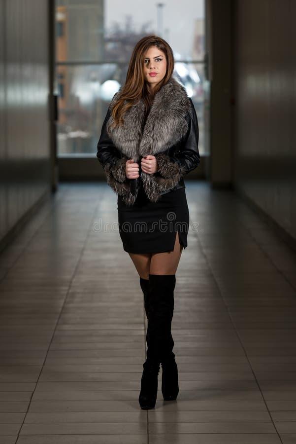 Modelo de forma Wearing Leather Jacket foto de stock royalty free