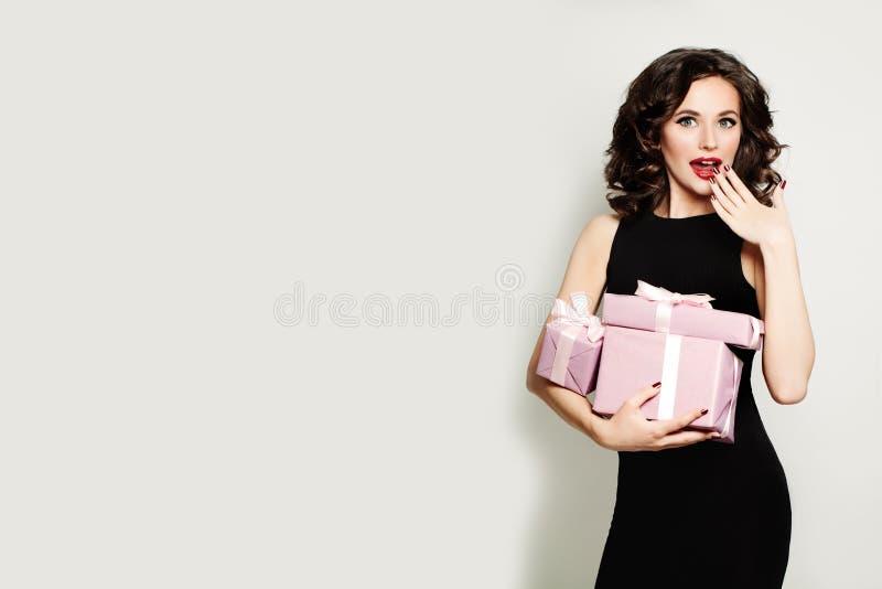 Modelo de forma Woman com caixa de presente menina surpreendida feliz Venda Co imagens de stock