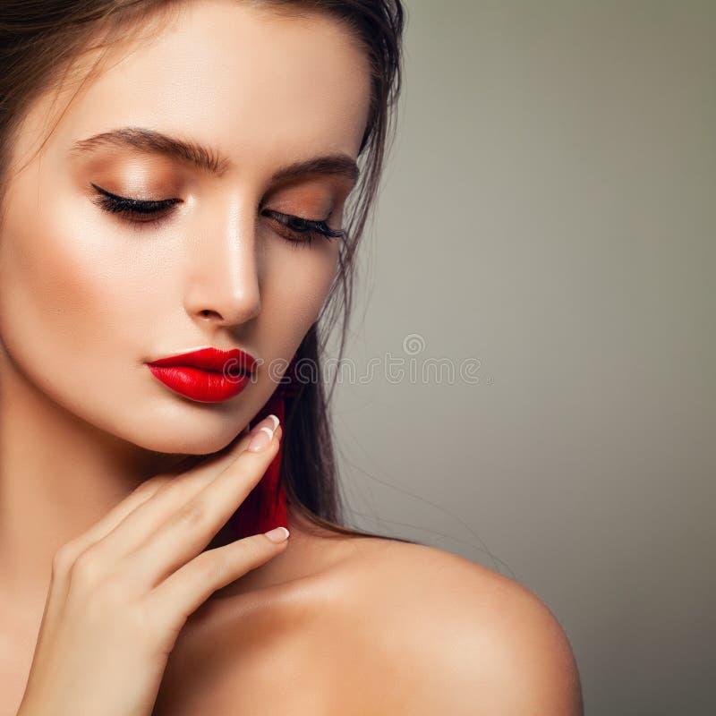 Modelo de forma Woman com composição perfeita, olhos fechados foto de stock royalty free