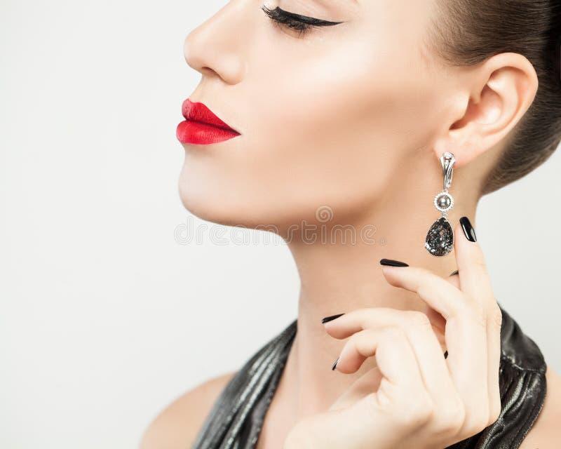 Modelo de forma Woman que mostra os brincos de prata imagem de stock royalty free