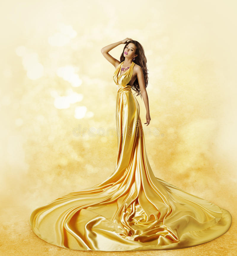 Modelo de forma Yellow Dress, mulher que levanta o vestido torcido da beleza imagens de stock