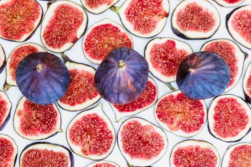 Modelo de higos maduros cortados con el conjunto en el top, aislado en el fondo blanco Ejemplo de la fruta Foto de la comida plan foto de archivo libre de regalías