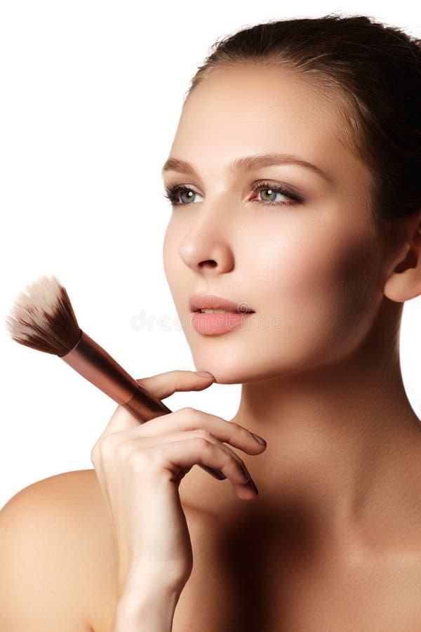 Modelo de la belleza con el cepillo del maquillaje Brillante compense el woma moreno imágenes de archivo libres de regalías