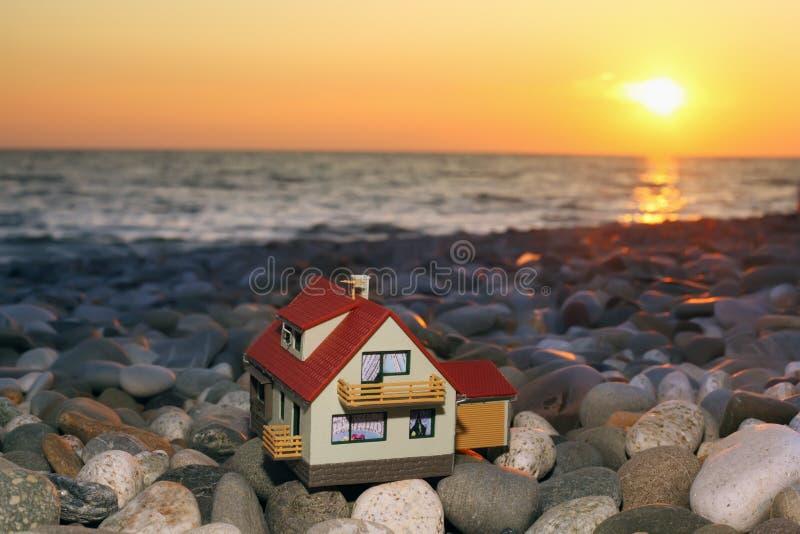Modelo de la casa con el garage en la playa pedregosa fotografía de archivo libre de regalías