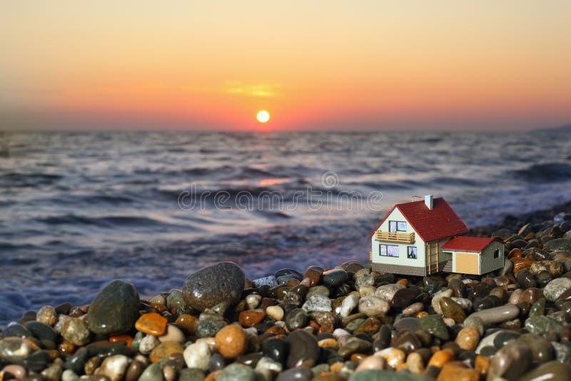 Modelo de la casa con el garage en la playa pedregosa imagen de archivo