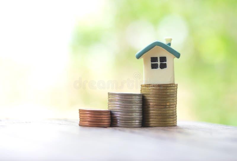 Modelo de la casa en las monedas que ahorran para las finanzas del fondo de hipoteca de la inversión del concepto fotos de archivo libres de regalías