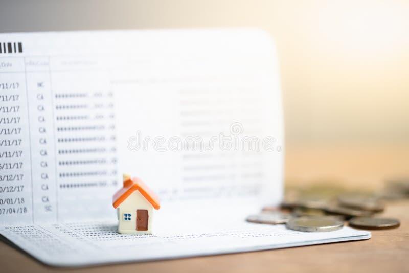 Modelo de la casa en libreta de banco del banco imagenes de archivo