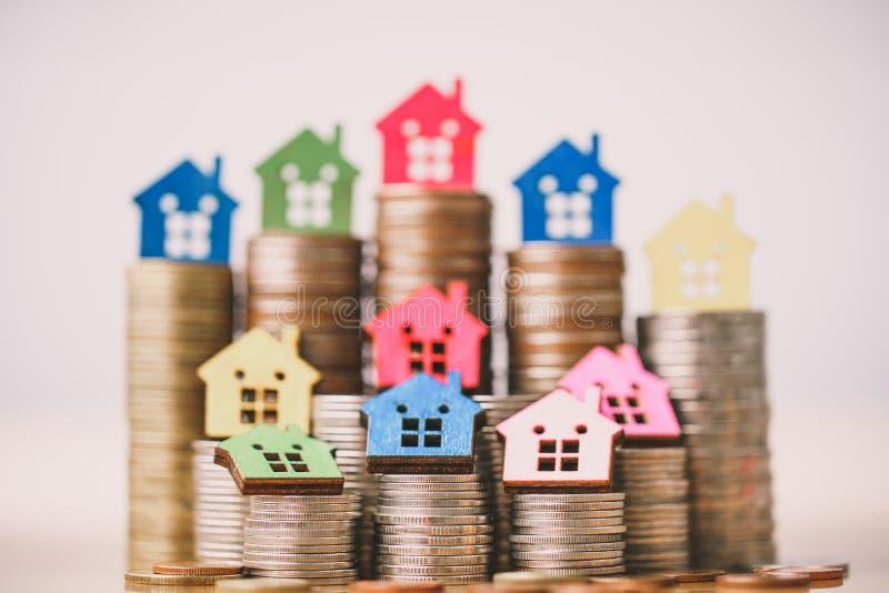 Modelo de la casa en pila de las monedas Dinero de planificaci?n de los ahorros de las monedas para comprar un concepto, una hipo fotografía de archivo