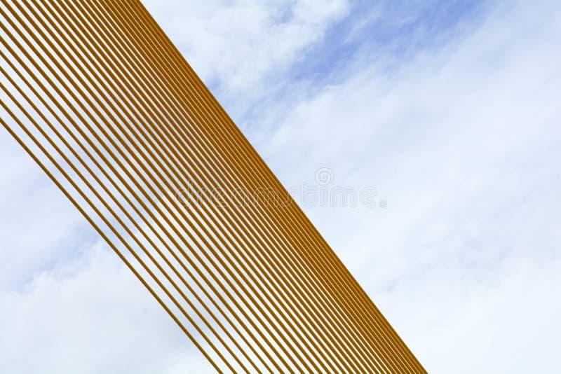 Modelo de la cuerda de alambre amarilla en puente colgante - fondo abstracto fotos de archivo libres de regalías
