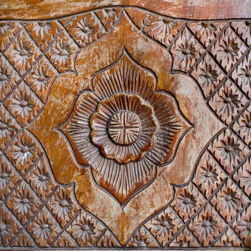 Modelo de la flor tallado en el fondo de madera fotografía de archivo libre de regalías