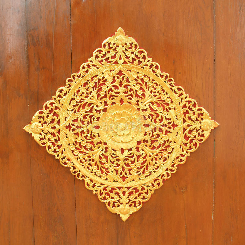 Modelo de la flor tallado en el fondo de madera foto de archivo libre de regalías
