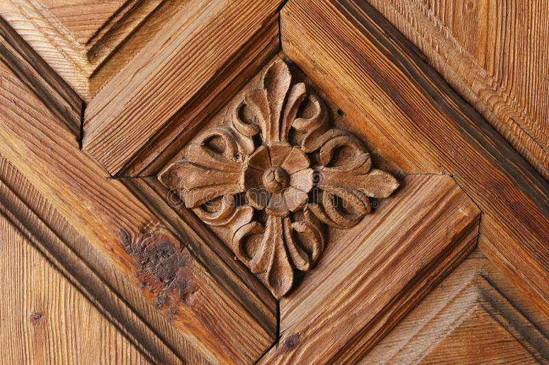 Modelo de la flor tallado en el fondo de madera fotografía de archivo