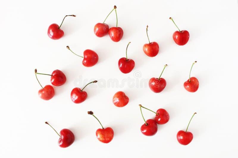 Modelo de la fruta del verano Cerezas rojas frescas sanas aisladas en el fondo blanco de la tabla Modelo de la comida Composición imágenes de archivo libres de regalías