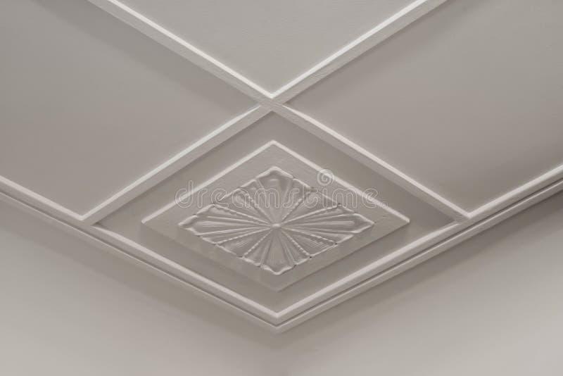 Modelo de la geometría en las hojas del yeso del techo fotografía de archivo