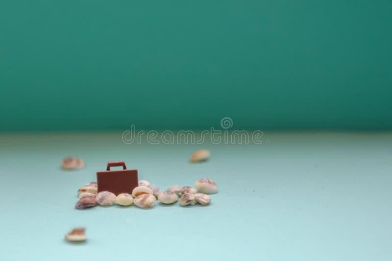 Modelo de la maleta del juguete en un fondo azul Un viaje al mar en aeroplano de vacaciones Fin de semana en coche concepto del r fotos de archivo