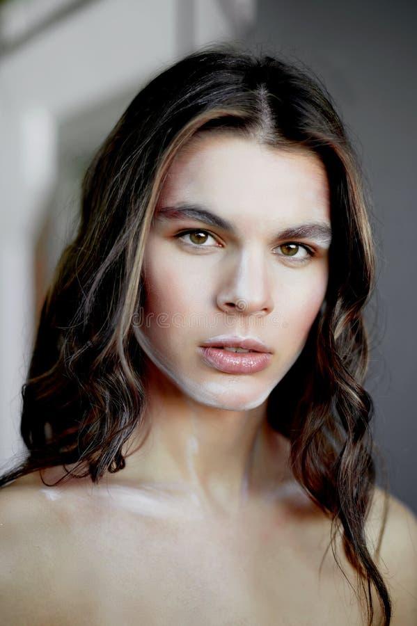 Modelo de la muchacha con el maquillaje creativo, movimientos de la pintura en la cara Persona creativa Escultura viva Mirada pen fotografía de archivo libre de regalías
