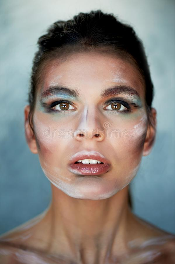 Modelo de la muchacha con el maquillaje creativo, movimientos de la pintura en la cara Persona creativa Labios entornados, cabeza fotos de archivo