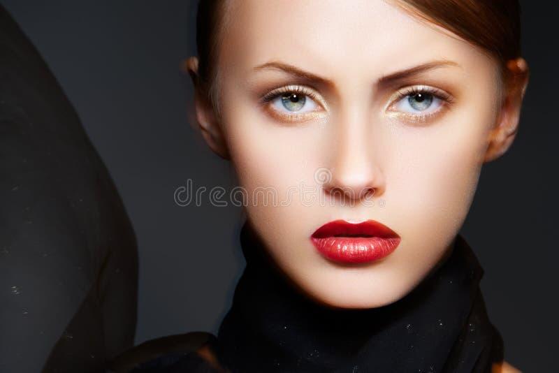Modelo de la mujer del encanto con la bufanda elegante del maquillaje y de la seda fotografía de archivo