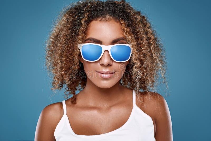 Modelo de la mujer del inconformista del negro del swag del encanto con el pelo rizado fotografía de archivo libre de regalías