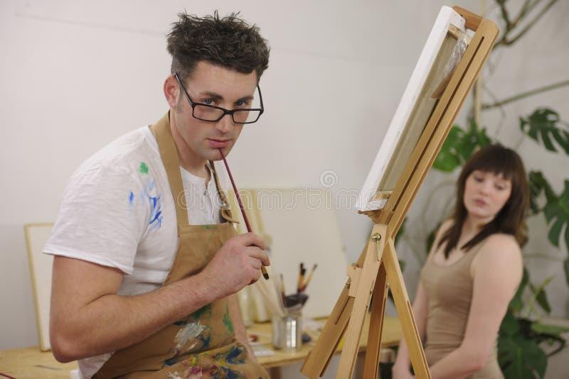 Modelo de la pintura del artista en el estudio del arte imagen de archivo libre de regalías