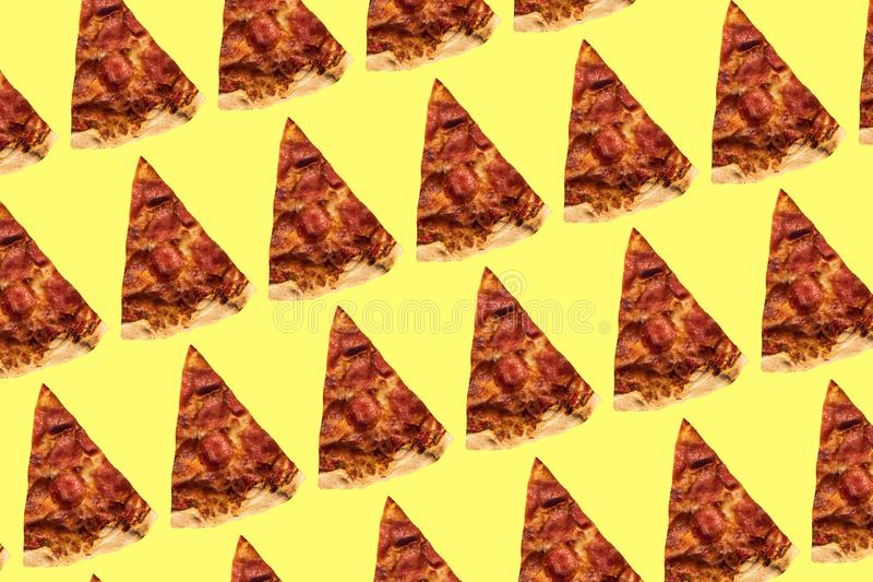 Modelo de la pizza en fondo amarillo Collage del arte foto de archivo