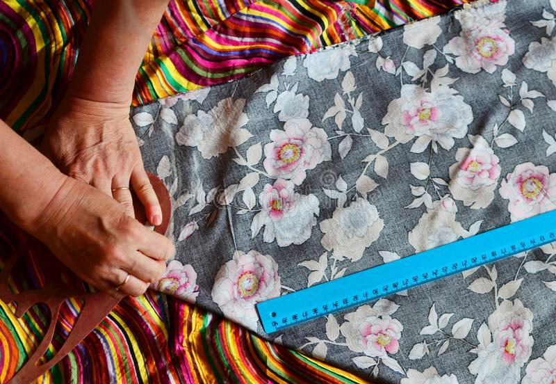 Modelo de la ropa Preparaci?n de la tela para la fabricaci?n de la ropa El modelo se marca usando una torta blanca de la tiza imagenes de archivo