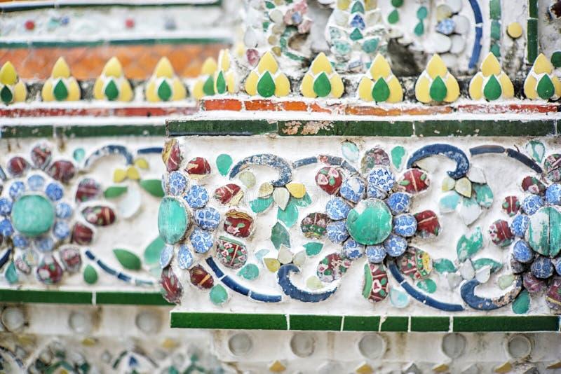 Modelo de la teja en el Phra Prang, Wat Arun Stupa en Wat Arun Temple en Bangkok, Tailandia imágenes de archivo libres de regalías
