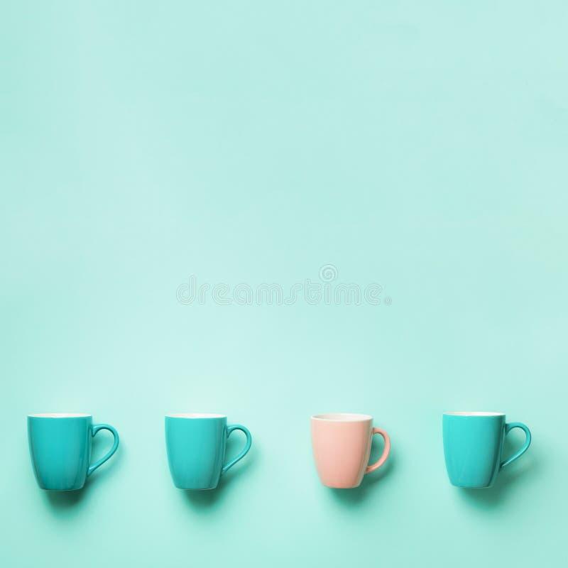 Modelo de las tazas azules y rosadas sobre fondo de la turquesa Cosecha cuadrada Celebración de la fiesta de cumpleaños, concepto fotos de archivo libres de regalías