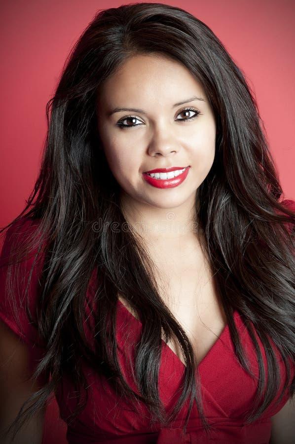 Modelo de Latina no vermelho fotografia de stock royalty free