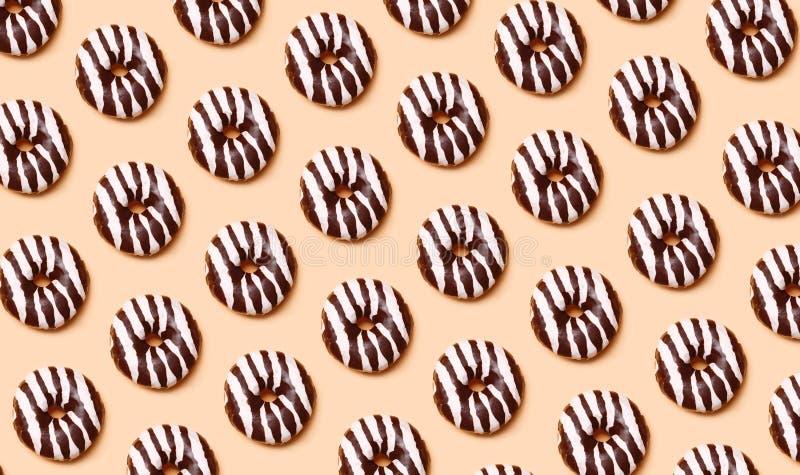 Modelo de los anillos de espuma del chocolate fotografía de archivo