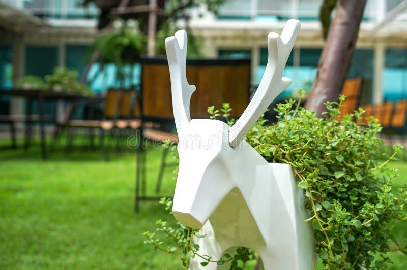 Modelo de los ciervos en el pequeño jardín imagen de archivo libre de regalías