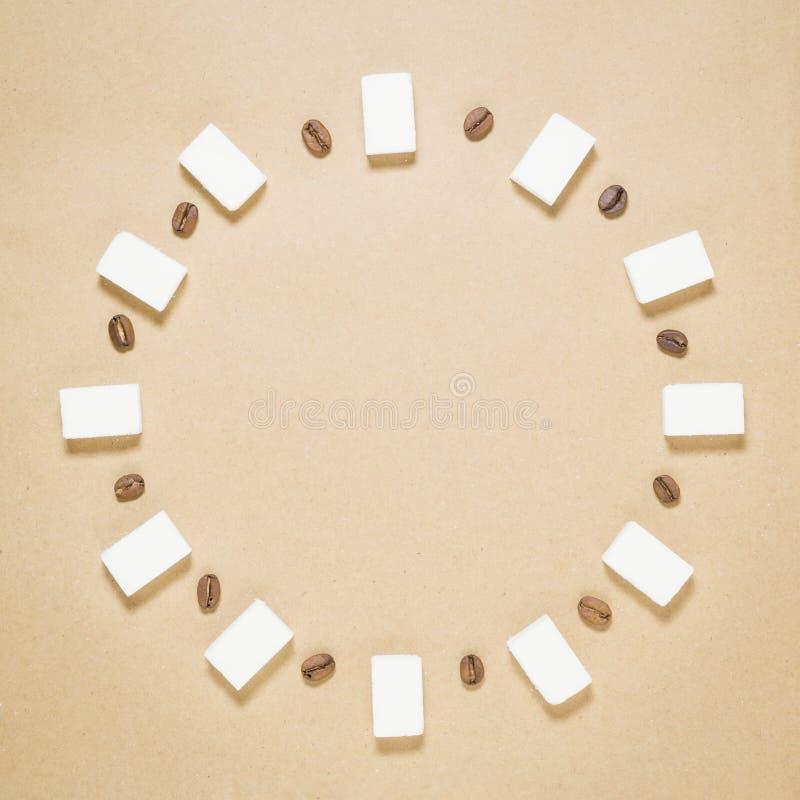 Modelo de los granos de café y de los cubos del azúcar Concepto dulce caliente de la bebida de Minimalistic imagen de archivo libre de regalías