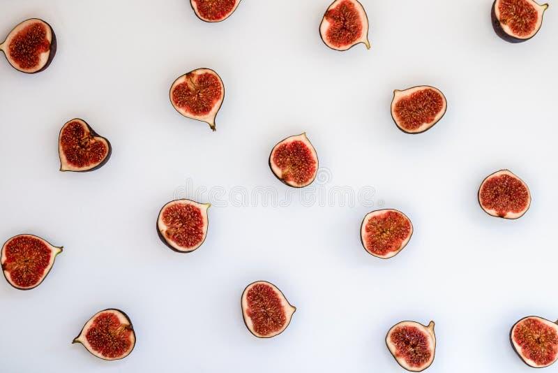Modelo de los higos maduros cortados aislados en el fondo blanco Ejemplo de la fruta Foto de la comida Endecha plana, visión supe fotos de archivo libres de regalías