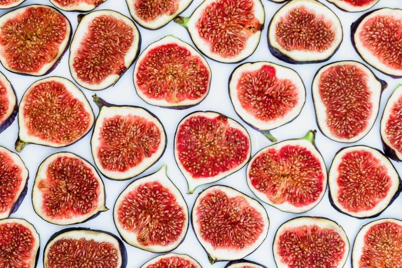 Modelo de los higos maduros cortados aislados en el fondo blanco Ejemplo de la fruta Foto de la comida Endecha plana, visión supe imagenes de archivo