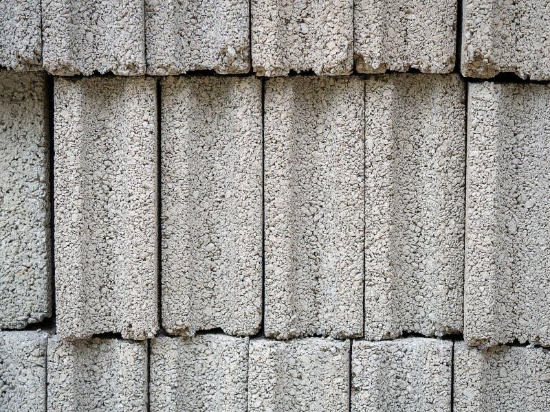 Modelo de los ladrillos concretos grises del bloque del cemento en el emplazamiento de la obra imágenes de archivo libres de regalías