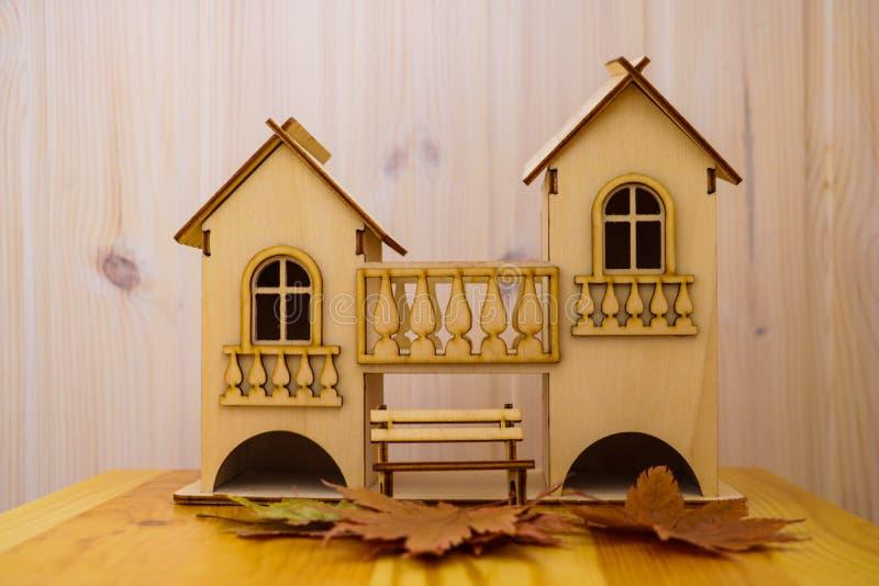 Modelo de madeira da casa com fundo de começar a casa da construção, meu conceito da casa imagens de stock royalty free