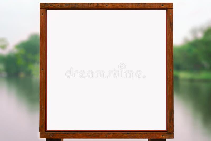 Modelo de madeira da propaganda - placa vazia do sinal em Front Of The Lake foto de stock royalty free