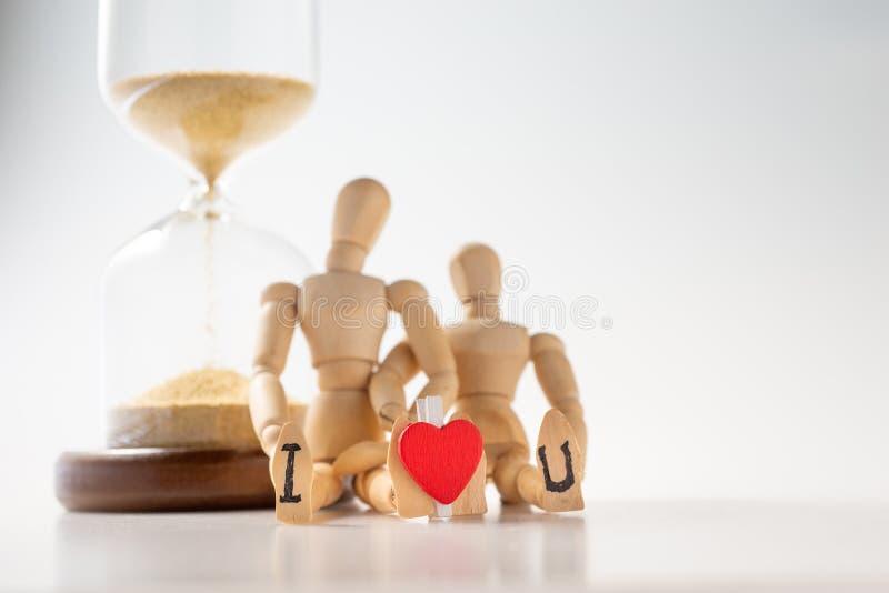 Modelo de madera abrazarse para el concepto de amor para siempre fotografía de archivo libre de regalías